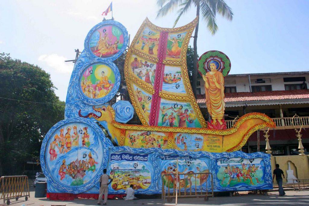 Sri Lanka. Préparation d'un char retraçant la vie de Bouddha pour une perahera.