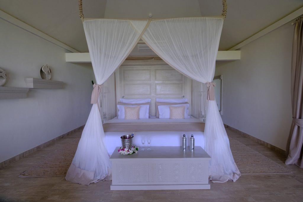 Zanzibar. Hôtel Zawadi. L'esprit chic et sobre se traduit dans le mobilier comme dans les tissus qui privilégient les matières naturelles.