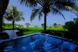 Zanzibar. Hôtel Zawadi. Tapissé de mosaïques, le bassin privé invite à la détente.