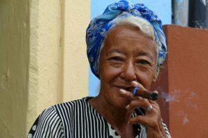 Santiago de Cuba. Fumeuse de havane.