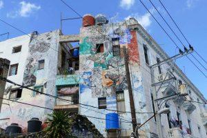 La Havane. Immeuble situé à l'entrée de la Callejon de Hamel.