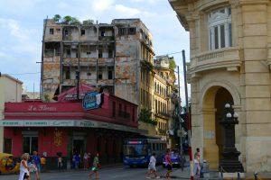 La Havane. Un des nombreux bâtiments en péril jouxte lecélèbre bar Florida où Hemingway venait boire ses daikiri.