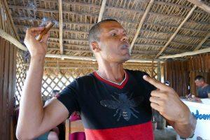 Pinar del Rio. Démonstration de la manière de fumer le cigare sans avaler la fumée.