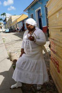 Trinidad. S'habiller tout en blanc est une exigence pour le santero ou la santera, culte qui gagne chaque jour plus d'adeptes dans l'île.