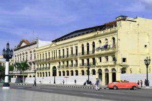 La Havane. Bel immeuble inhabité situé proche du Capitole. Un seul logement est encore occupé.