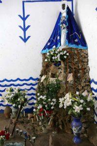 Trinidad. Temple de Santeria Yemayá. Yemayá est la déesse des océans et de la maternité chez les Bantous, mère de Changó, dieu guerrier du tonnerre et de la foudre. Cette Vierge noire qui tient un bébé blanc dans ses bras s'identifie avec la Vierge de Regla, un village proche de La Havane.