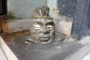 La Havane. On peut rencontrer Elégguá au hasard des rues de La Havane. Sa tête est en pierre dure, incrustée de cauris