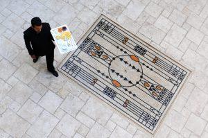 Marrakech. Villa Makassar. Patio intérieur du riad et sa fontaine au centre d'un tapis de mosaïques de l'école autrichienne de Vienne.