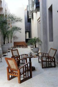 Marrakech. Villa Makassar. Une allée Art Déco ceint le palais et conduit à la piscine située à l'extérieur.