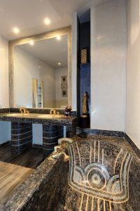 Marrakech. Villa Makassar. Les salles de bains de chaque chambre présentent d'exceptionnelles robinetteries et vasques d'Italie, toutes différentes.