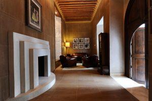 """Marrakech. Villa Makassar. Face au salon """"Maharadja d'Indore"""", un deuxième salon baptisé Winston Churchill, très VIP et coffré de briquettes faqra , accueille les amateurs de cognacs et de cigares."""