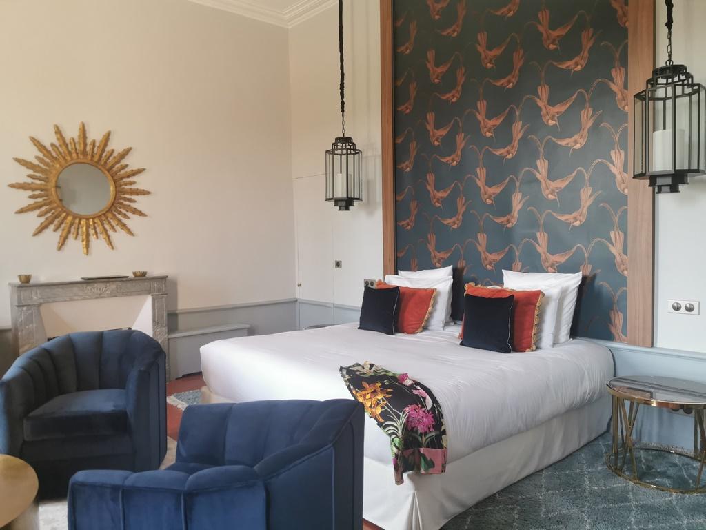 Carpentras. Château Martinay. Le mobilier a été choisi avec soin et privilégie le confort et un style tendance Art déco. Fauteuils d'Eichholtz.