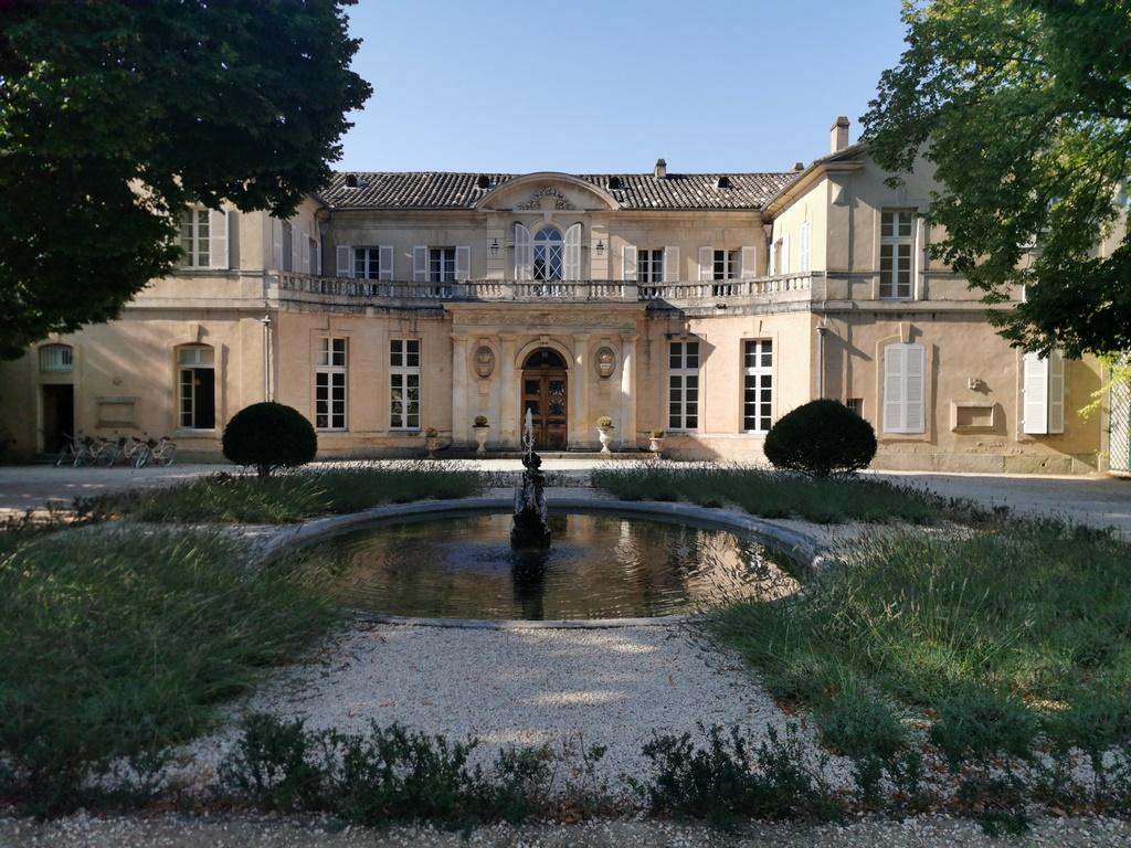 Carpentras.Château Martinay. Bassin de la cour d'honneur.