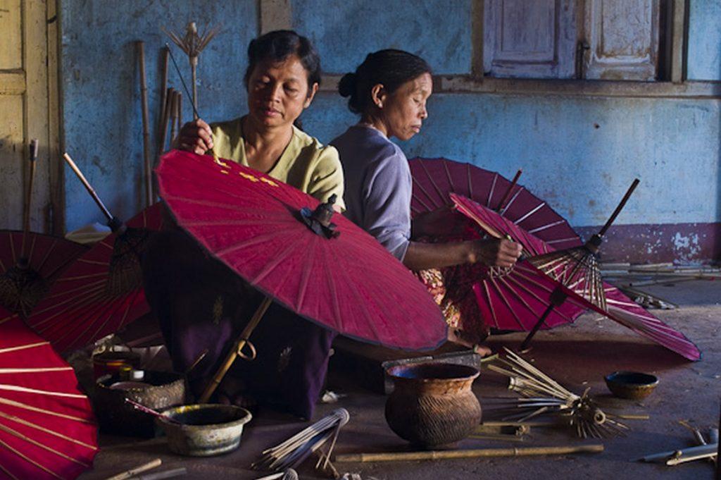 Daw Nyo U Ohn Khing et Daw Hla Hla Aye peignent des ombrelles dans leur entreprise familiale. U Ohn Khing, Etat Shan, Pindaya, Myanmar (Birmanie). Copyright Emilie Chaix.
