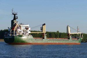 Roumanie. Danube. En amont de Galati, on croise un gros tanker qui arrive de la mer Noire.