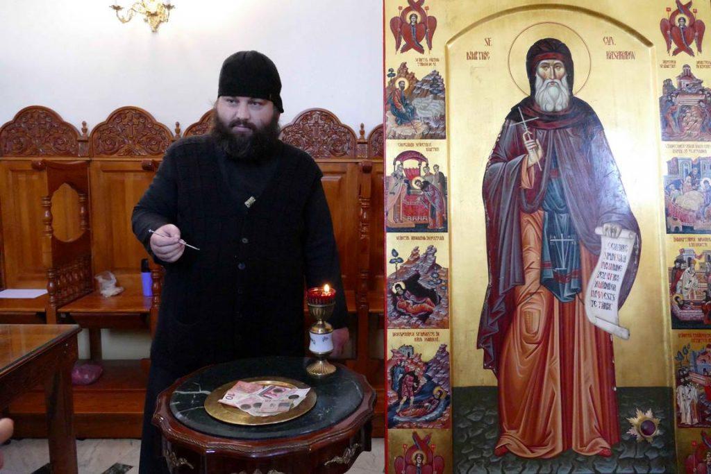 Bulgarie. Monastère de Basarbovo. À droite du pope, une icône et un reliquaire contenant un fragment des reliques de saint Dimitri Bassarbovski.