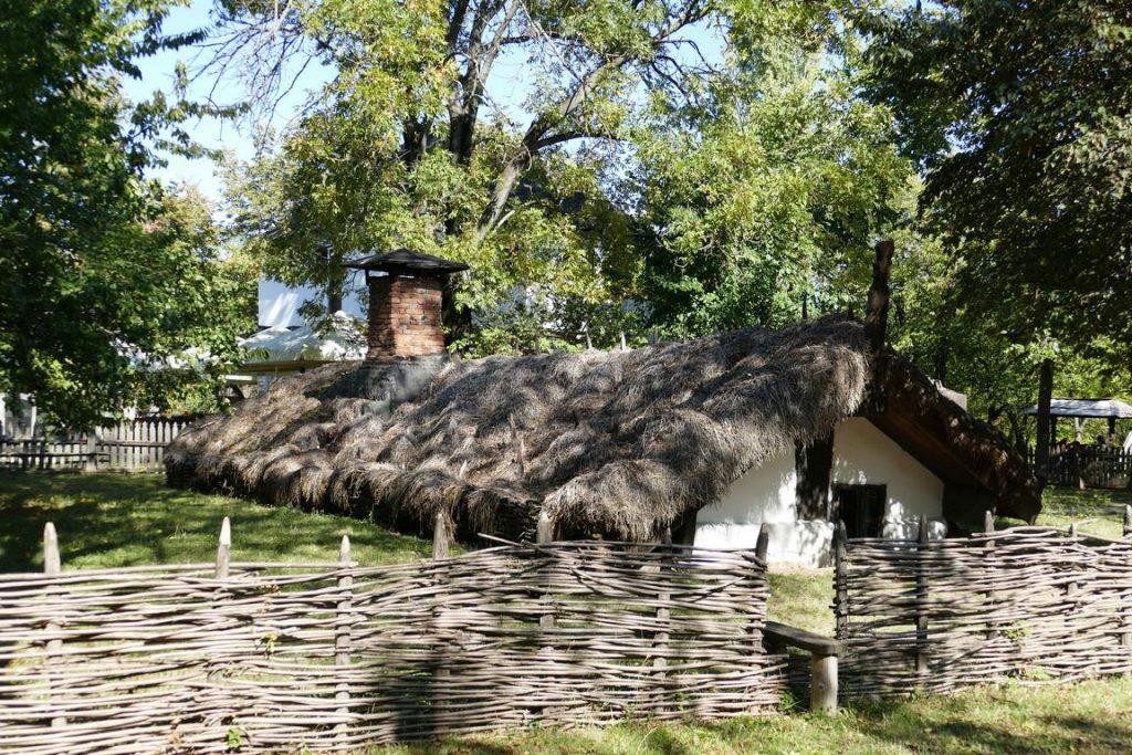 Roumanie. Bucarest. Maison traditionnelle semi-enterrée de maison semi-enterrée, avec son double toit en bois de chêne recouvert de canne, de paille et d'argile, provenant du village de Draghiceni, déplacée dans le musée Dimitrie Gusti.