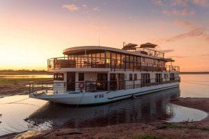 L'African Dream sur le Zambèze à la tombée de la nuit. ©Kevin Hogan.