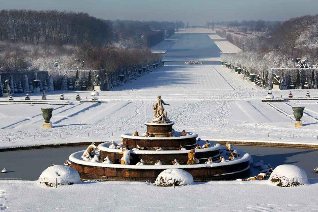 Château de Versailles. Vue sur le bassin de Latone et le grand canal. C'est la grande perspective que le maître jardinier André Le Nôtre (1613-1700) a ouverte sur l'infini pour répondre au désir royal qui ne pouvait « souffrir les vues bornées ».