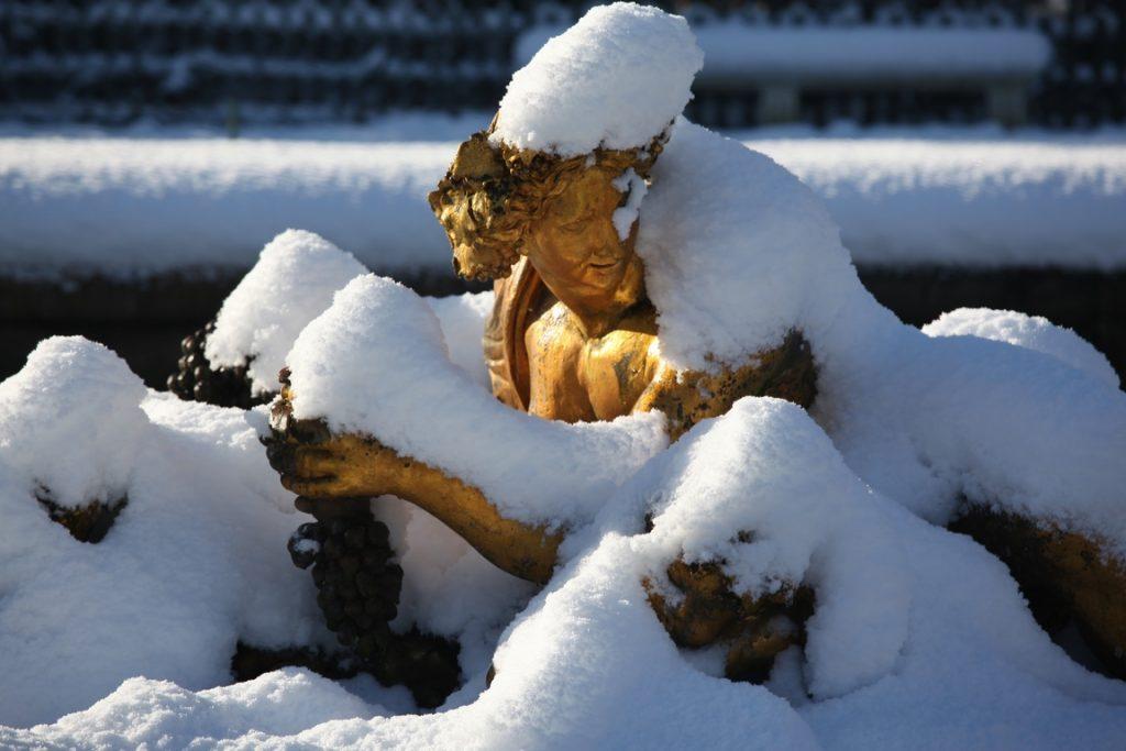Château de Versailles. Couché parmi les grappes de raisins, le dieu Bacchus est entouré de satyres , le regard tourné vers le sol.