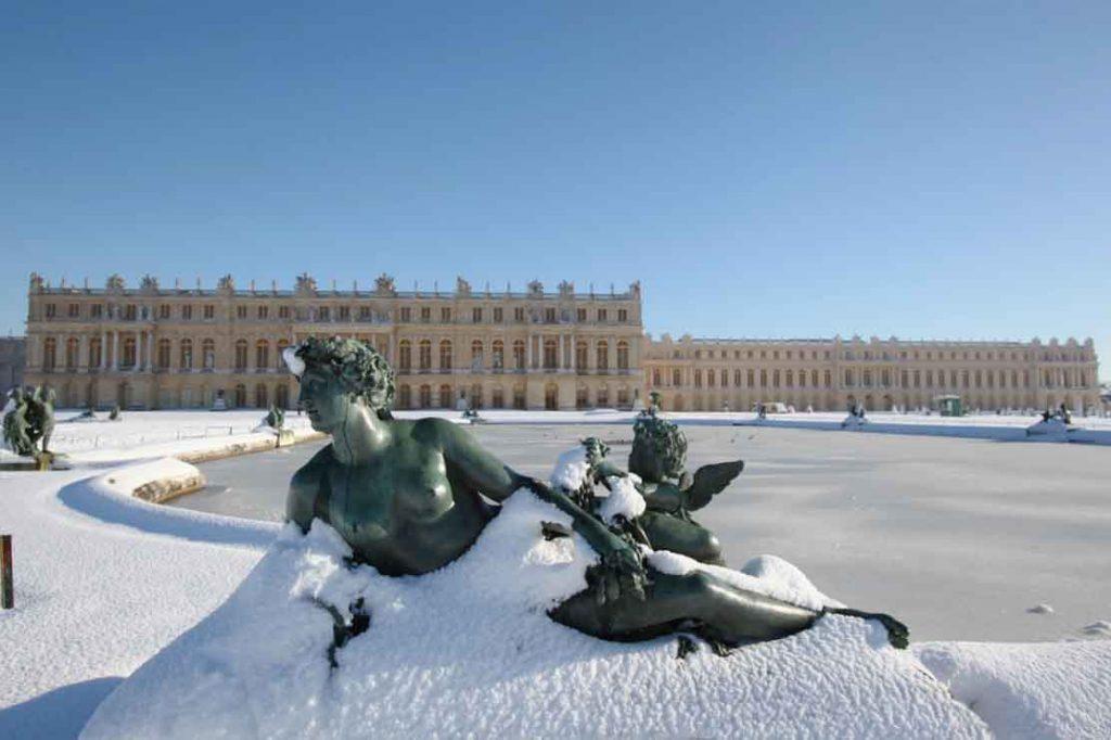 Château de Versailles. Parterre d'eau Nord. Nymphe et enfant aux oiseaux. Bronze de Philippe Magnier coulé par les Frères Keller.