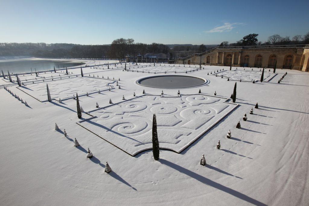 Château de Versailles. Parterre de l'Orangerie. Composé de quatre pièces de gazon et d'un bassin circulaire, il accueille en été 1055 arbres en caisses,omposé de quatre parties et d'un bassin circulaire, il accueille en été plus d'un millier d'arbres en caisses,(orangers, citronniers, grenadiers).