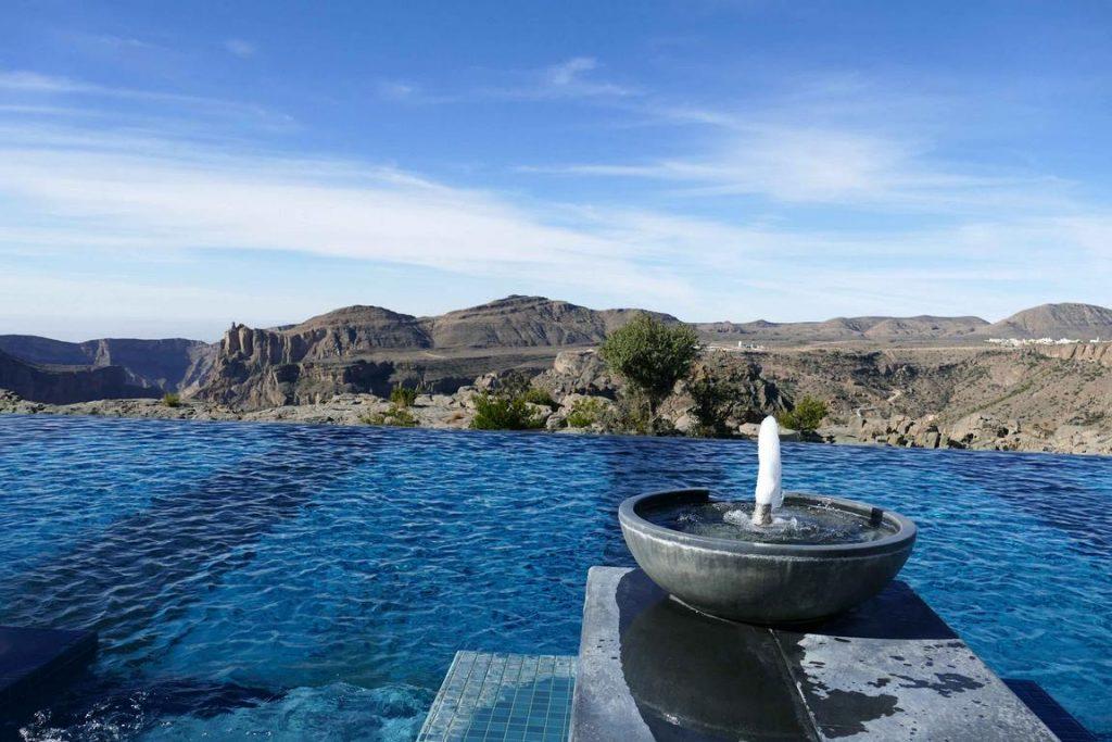 Oman. Au sein de l'Anantara, une piscine à débordement donne l'impression de nager à flanc de falaise.