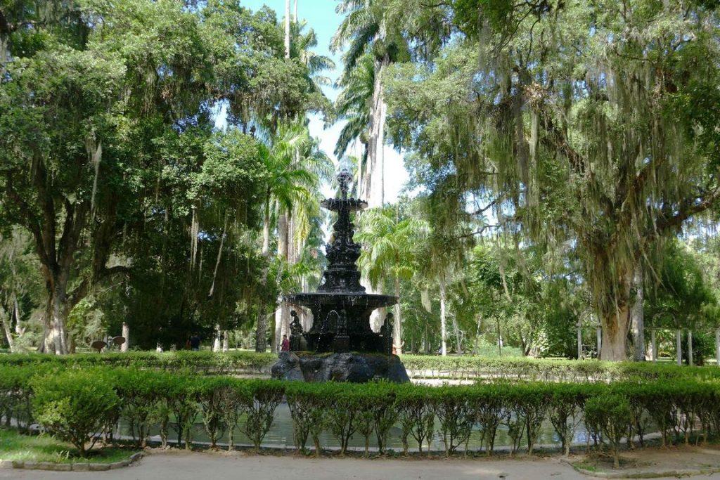 Brésil. Rio de Janeiro. L'allée principale du Jardin botanique Barbosa Rodrigues est interrompue par une belle fontaine du XIXème.