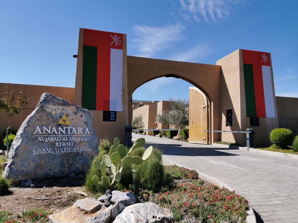 Oman. Entrée de L'Anantara Al Jabal Al Akhdar resort.