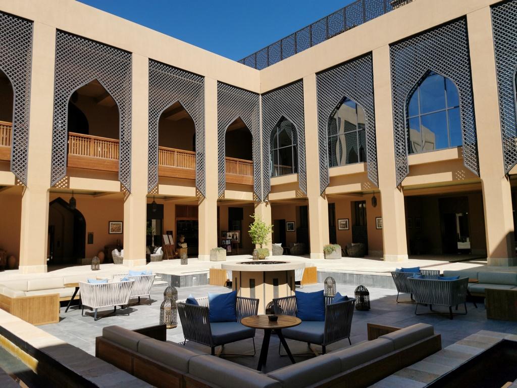 Oman. Les jeux d'ombre et de lumière font ressortir la belle architecture du patio.