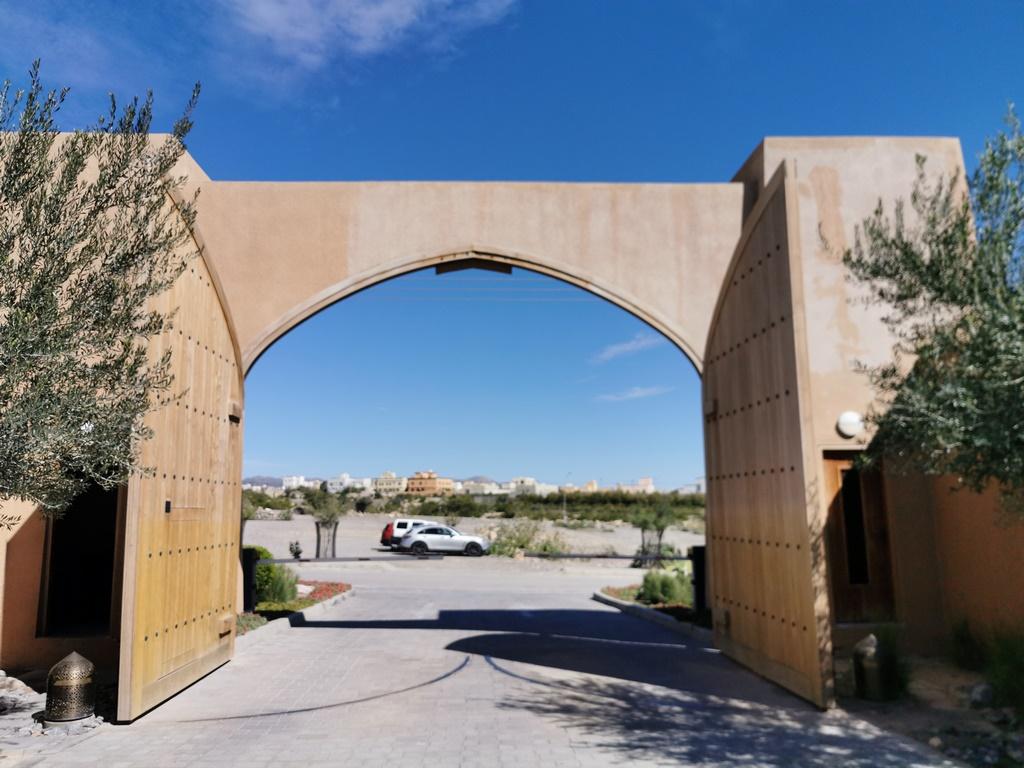 Oman. Portes en bois de L'anantara Al Jabal Al Akhdar travaillées dans un style traditionnel.