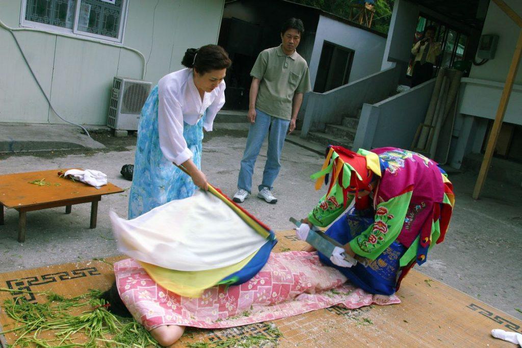 Corée du Sud. Rites de purification au cours d'un rituel chamanique.