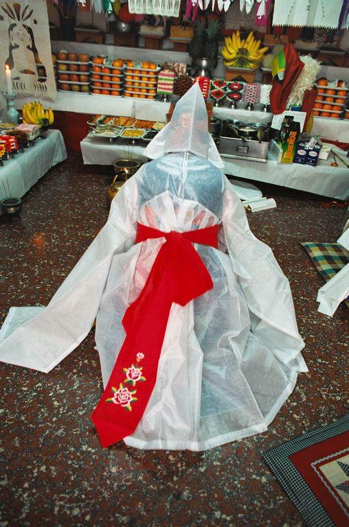 Corée du Sud. Rituel chamanique ou kut. La mudang s'incline devant les différents esprits et personnages historiques intégrés au panthéon chamanique.