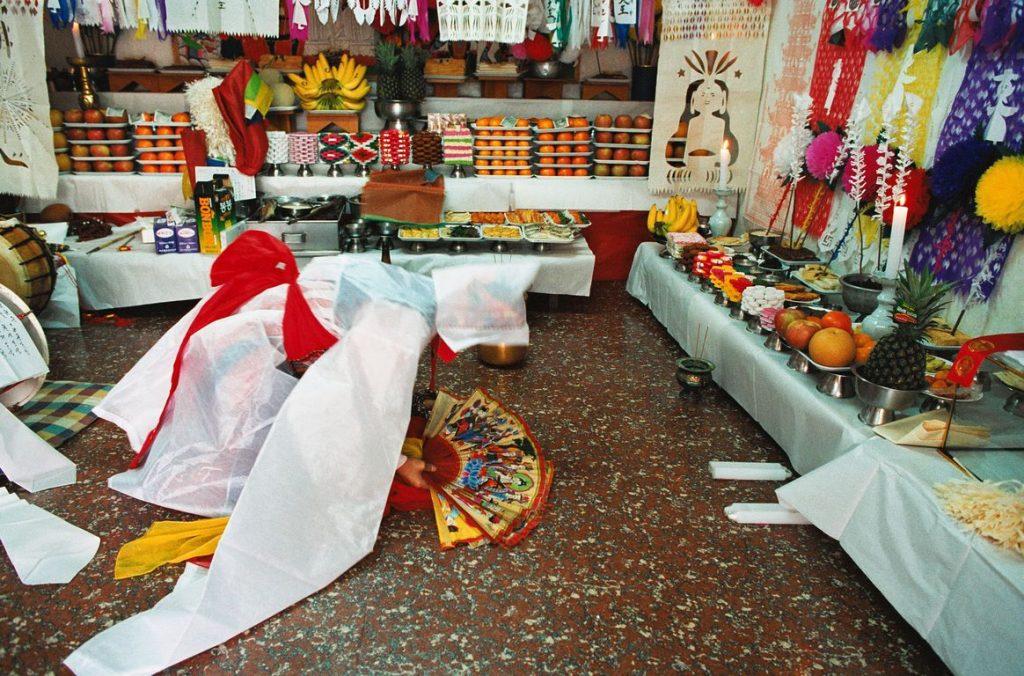 Corée du Sud. Rituel chamanique ou kut. Les tables couvertes d'offrandes délimitent l'espace rituel où officie la mudang..
